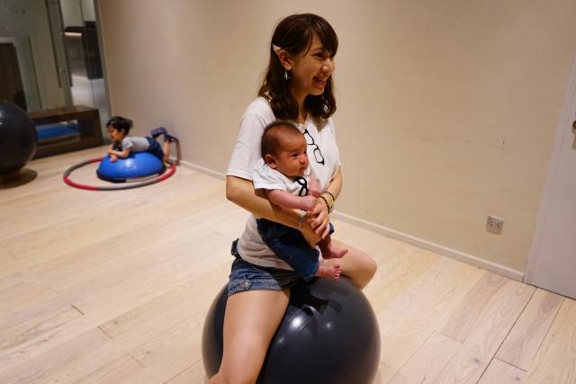 赤ちゃんと一緒にバランスボールで産後ダイエット
