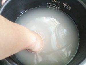 米のとぎ汁でゴミ箱を洗う